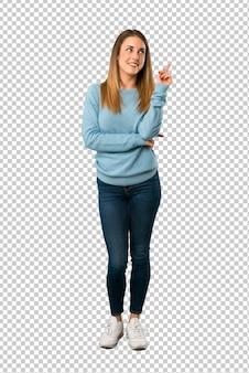 Mulher loira com camisa azul, apontando uma ótima idéia e olhando para cima