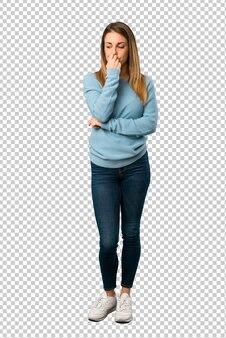 Mulher loira com camisa azul com dúvidas