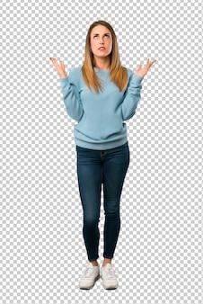 Mulher loira com camisa azul frustrada por uma situação ruim