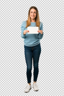 Mulher loira com camisa azul, segurando um cartaz para inserir um conceito