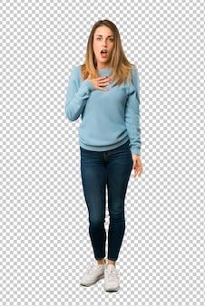 Mulher loira com camisa azul, surpreso e chocado ao olhar para a direita