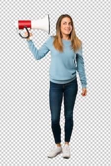 Mulher loira com camisa azul, tendo um megafone que faz muito barulho