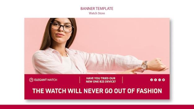 Mulher mostrando seu novo modelo de banner de relógio