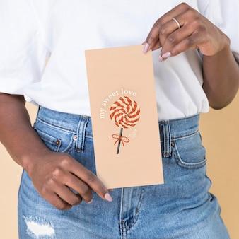 Mulher mostrando uma maquete de panfleto