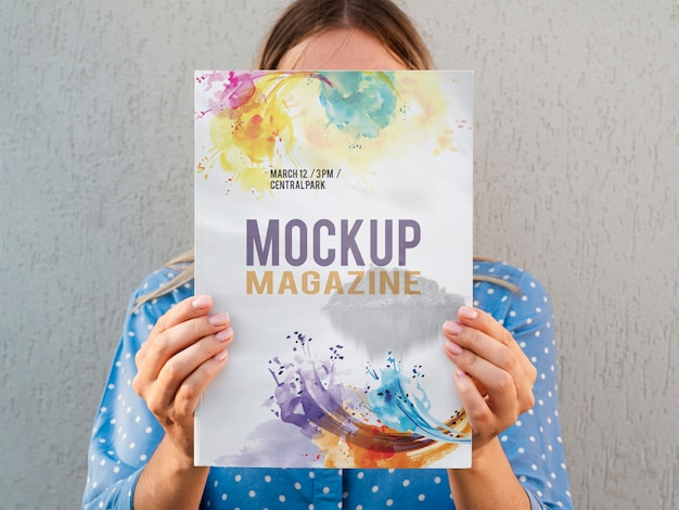 Mulher mostrando uma revista mock up