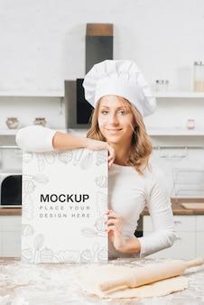 Mulher na cozinha com rolo e massa