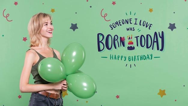 Mulher na festa de aniversário com balões