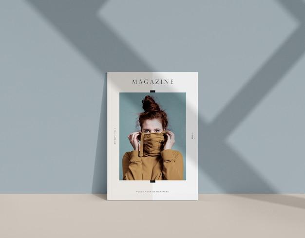 Mulher na maquete da revista editorial