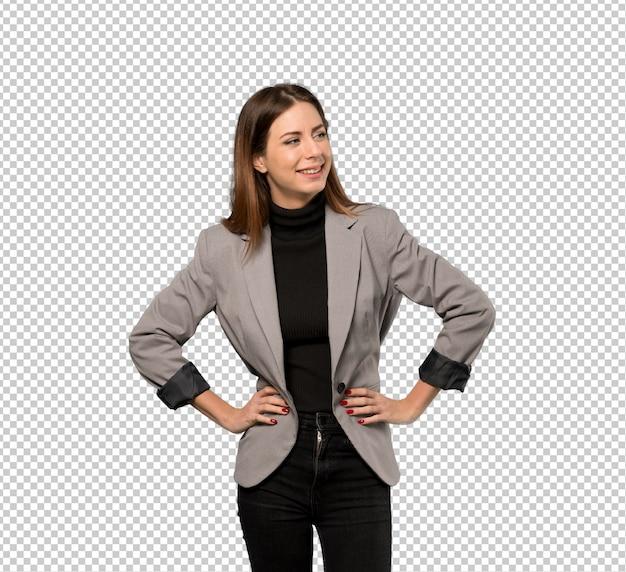 Mulher negócio, posar, com, braços quadril, e, sorrindo