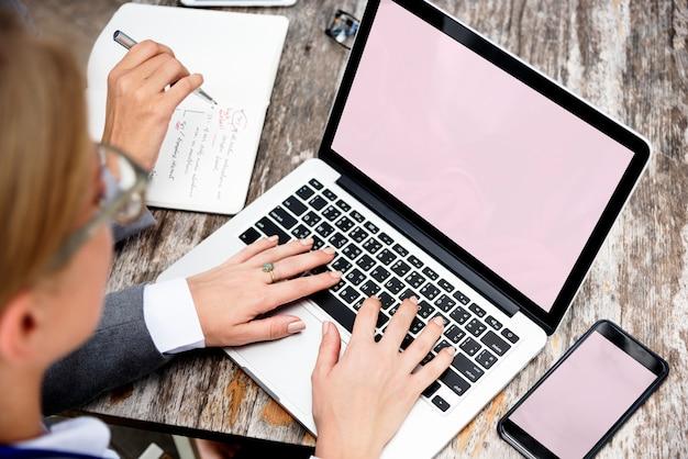 Mulher negócio, usando, um, laptop