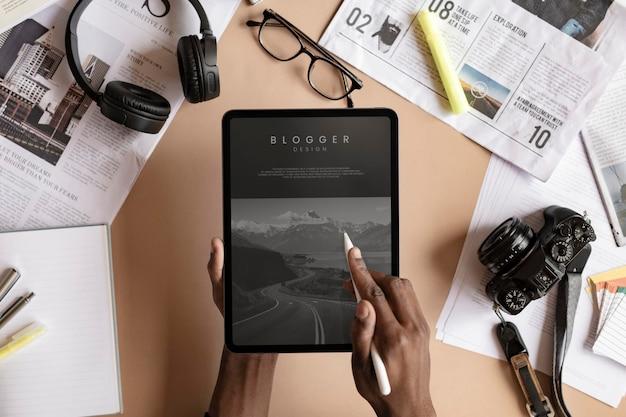 Mulher negra blogando em uma maquete de tablet digital