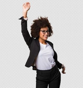 Mulher negra de negócios dançando