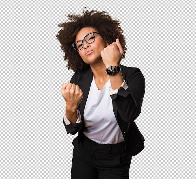 Mulher negra de negócios fazendo gesto de soco