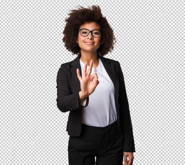 Mulher negra de negócios fazendo o gesto de número três
