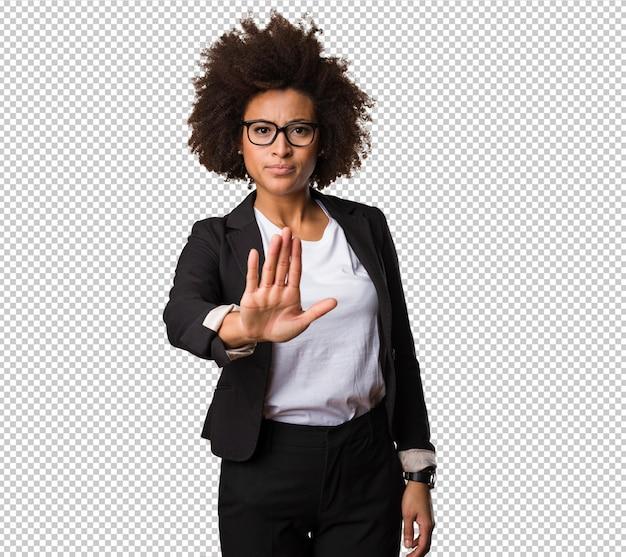 Mulher negra de negócios fazendo o gesto de parada