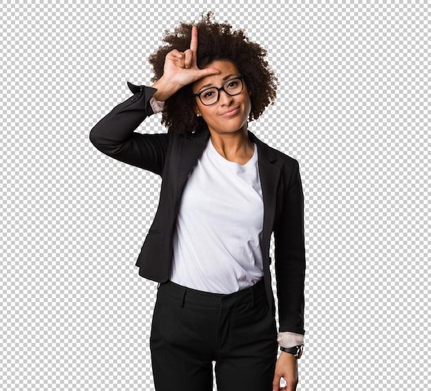 Mulher negra de negócios fazendo um gesto mais solto