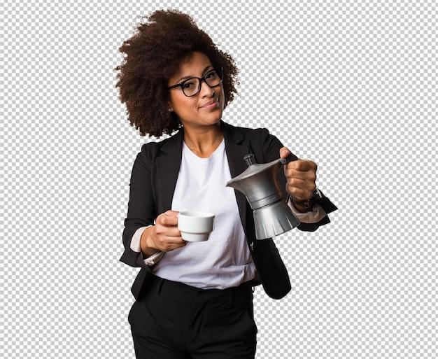 Mulher negra de negócios preparando uma xícara de café