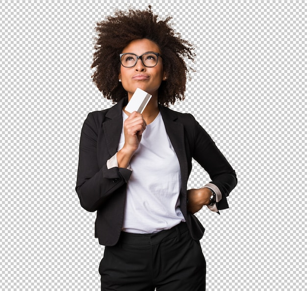Mulher negra de negócios segurando um cartão de crédito