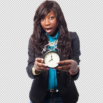 Mulher negra de negócios segurando um despertador