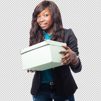 Mulher negra de negócios segurando uma caixa