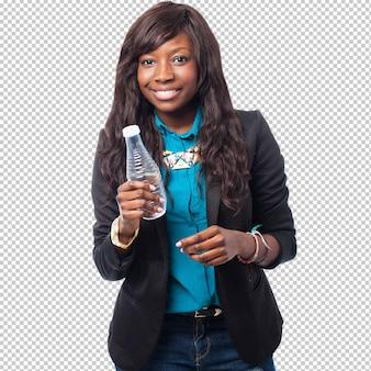 Mulher negra de negócios segurando uma garrafa de água