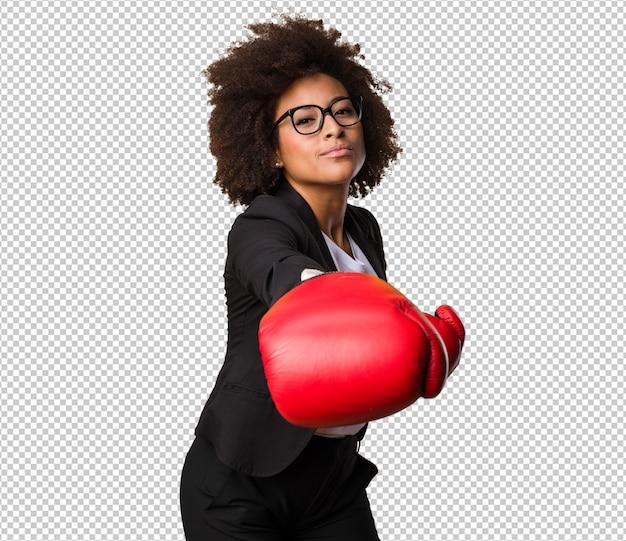 Mulher negra de negócios usando luvas de boxe