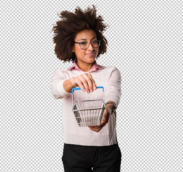 Mulher negra, segurando o carrinho de compras