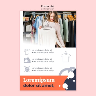 Mulher olhando uma blusa em um cartaz de loja