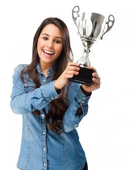 Mulher orgulhosa com seu prêmio