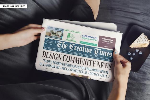 Mulher relaxando e lendo uma maquete de jornal