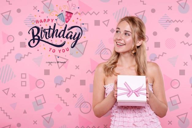 Mulher segura, caixa aniversário