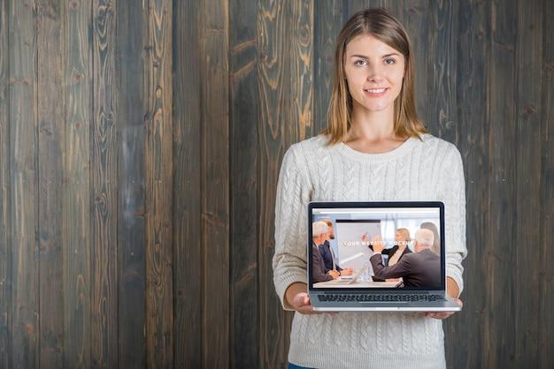 Mulher segura, laptop, mockup