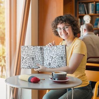 Mulher segura, livro, mockup, em, biblioteca