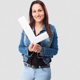 Mulher segurando a letra l