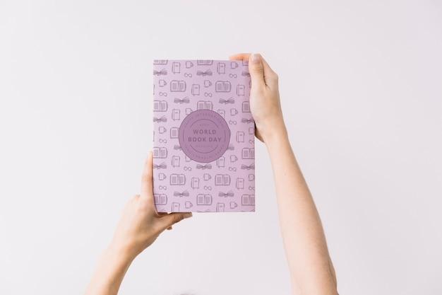 Mulher, segurando, livro, capa, mockup