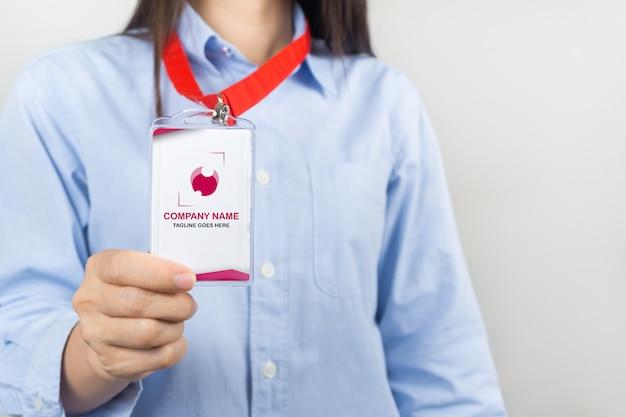 Mulher segurando maquete de cartão de identificação