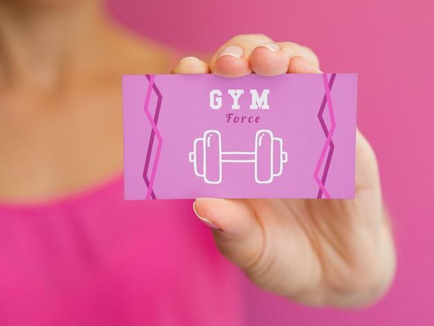 Mulher segurando modelo de cartão de ginásio