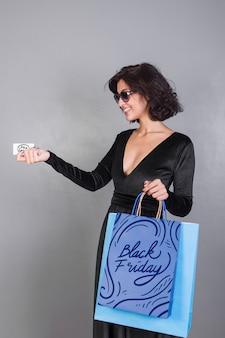 Mulher, segurando, saco shopping, mockup, com, pretas, sexta feira, conceito