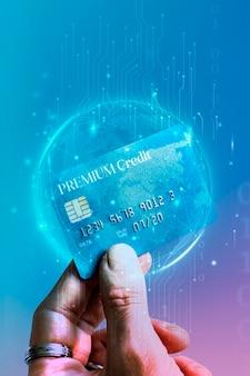 Mulher segurando um cartão de crédito platina