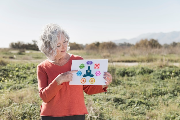 Mulher segurando um cartaz de meditação