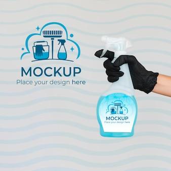 Mulher segurando um produto de limpeza com maquete de embalagem