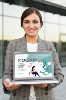 Mulher segurando uma maquete de laptop