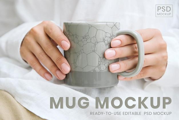 Mulher segurando uma maquete de psd de xícara de café com padrão japonês, remix de