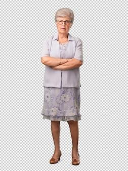 Mulher sênior de corpo inteiro muito zangado e chateado, muito tenso, gritando furioso, negativo e louco