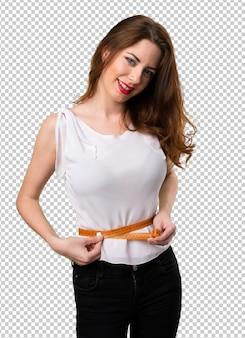 Mulher slim com fita métrica