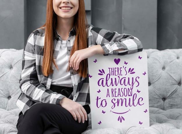 Mulher sorridente, apoiando-se na maquete