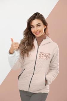 Mulher sorridente com casaco tiro médio