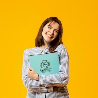 Mulher sorridente com livros