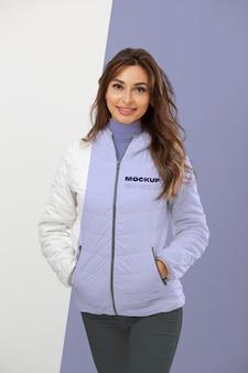 Mulher sorridente usando jaqueta