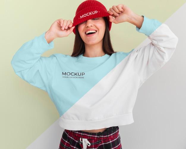 Mulher sorridente usando um moletom com capuz e uma maquete de blusa